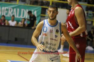 La New Basket Brindisi ha espugnato il PalaSerradimigni di Sassari al termine di una partita equilibrata, decisa nel primo tempo supplementare, con il punteggio di 103 a 98.