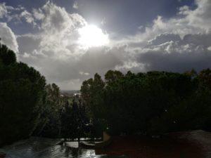 L'avviso di condizioni meteo avverse per il forte vento di maestrale resterà in vigore per tutta la giornata di domani.