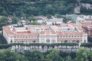 """Palazzo Marina, conosciuto da molti anche come """"Palazzo delle ancore"""" che manifestano la vittoria italiana sul mare nella Grande Guerra, compie oggi 90 anni."""