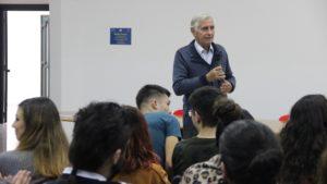 """Il messaggio di Bachisio Bandinu ai giovani, alla fiera del libro """"Una miniera di Cultura"""", a Carbonia: «Imparate a difendervi dagli inganni della rete»."""