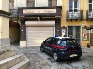 Attentato incendiario fallito, la scorsa notte, in piazza La Marmora, a Iglesias, ai danni di una gioielleria.