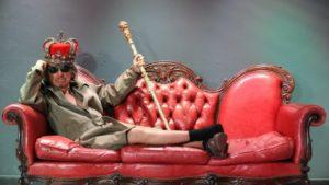 """Tutto esaurito, sabato sera, al Teatro Centrale di Carbonia, per lo spettacolo di Paolo Rossi """"Il Re Anarchico e i fuorilegge di Versailles""""."""