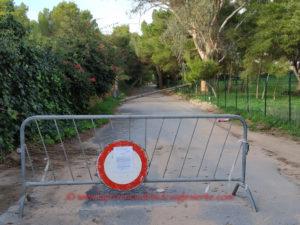 Un tratto di via delle Vigne, a Porto Pino, è stato chiuso per consentire l'esecuzione dei lavori di sistemazione di alcuni pali che sostenevano i cavi telefonici, abbattuti dal maltempo.