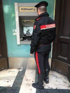 La scorsa notte i carabinieri del Norm di Cagliari hanno denunciato a piede libero un 27enne pakistano colto mentre danneggiava un postamat con un sasso, in piazza del Carmine.