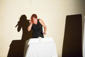 """Sabato 17 e domenica 18 novembre, a Pirri, Cada Die Teatro presenta """"Raptus"""", di e con Rossella Dassu, regia di Alessandro Lay."""