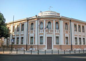 Si è svolta questa mattina, a Iglesias, la cerimonia di intitolazione della scuola elementare al maestro e giornalista iglesiente Ennio Martinelli.