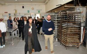 """C'erano anche sei studenti dell'Istituto Tecnico """"Martini"""" di Cagliari, a Gonnosfanadiga, in occasione della visita dell'assessore dell'Industria in uno stabilimento artigianale specializzato nei prodotti da forno."""