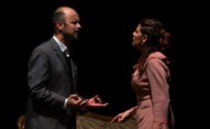 """Domenica sera, al Teatro Electra di Iglesias, l'associazione culturale teatrale Quinte Emotive metterà in scena lo spettacolo teatrale """"Il Berretto a sonagli""""."""