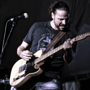 Ad Alghero, il cantautore figlio dell'indimenticato Pierangelo Bertoli sabato 15 dicembre chiuderà lo spettacolo in sostegnodell'Approdo Onlus.