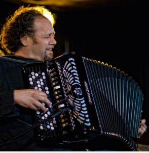 Il fisarmonicista Fausto Beccalossi torna ad esibirsi ad Alghero, domenica 16 dicembre, alle ore 19.00, a Lo Teatrì di via Manzoni.