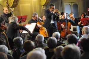 """Tutto esaurito, domenica 23 dicembre ad Alghero, per """"Back to Bach"""", il concerto di Paolo Fresu con l'ensemble I Virtuosi Italiani."""