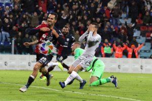 Pazzesco alla Sardegna Arena: sotto di due goal fino all'84', il Cagliari privo di Barella e Pavoletti, ha riagguantato la Roma in 9 al 95′!