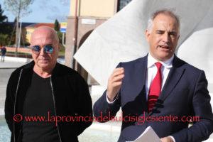 """L'ex deputato di Unidos Mauro Pili ha avviato stamane, a Carbonia, la raccolta di firme per l'opposizione al progetto di sopraelevazione (6° e 7° argine) della discarica in esercizio in località """"Serra Scirieddus""""."""