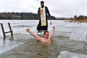 La comunità immigrata cristiano-ortodossa in Sardegna ha festeggiato lo scorso 18 gennaio l'Epifania con il battesimo delle acque e il bagno a Calamosca.
