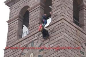 Anche quest'anno, a Carbonia, le favorevoli condizioni meteorologiche hanno accompagnato la discesa della Befana dal campanile della chiesa di San Ponziano.