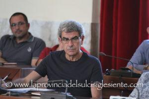 Maurizio Soddu abbandona il gruppo consiliare di maggioranza al comune di Carbonia ed il M5S gli chiede di dimettersi.