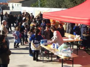 I pastori di Nuxis ieri pomeriggio hanno preparato la ricotta ed il formaggio che hanno distribuito gratuitamente in piazza a tutti i presenti.