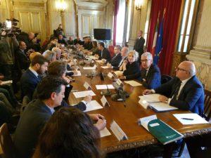 È continuato a Roma, nonostante importanti assenze, il lavoro del tavolo sul latte Governo-Regione, oggi riunito al ministero delle Politiche agricole.