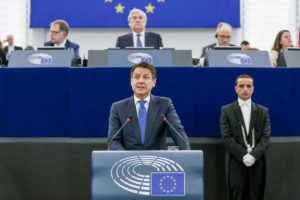 """L'Europa è di fronte """"a un tornante decisivo"""", """"il popolo chiede con urgenza di essere ascoltato"""", ha affermato il Presidente del Consiglio italiano Conte davanti al Parlamento europeo."""