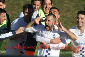 Continuano a vincere le tre grandi del girone A del campionato di Promozione regionale. Il Carbonia alla 9ª vittoria nelle ultime 10 giornate, la Monteponi, impostasi anche a Seulo, alla 9ª nelle ultime 11.