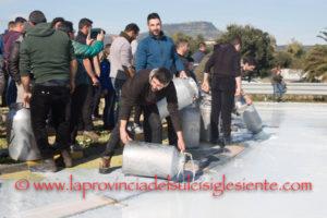 La protesta dei pastori sardi contro il prezzo del latte troppo basso, a 60 centesimi il litro, dilaga in tutta la Sardegna. Manifestazione anche ad Asseminello, alla partenza del Cagliari per Milano.