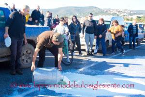 La protesta dei pastori sardi è sempre più estesa in tutta la Sardegna, da Porto Torres a Sant'Antioco.