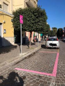 Il comune di Sant'Antioco ha istituito i parcheggi rosa gratuiti, destinati alle donne incinte e alle neo mamme (fino ai sei mesi di età del neonato).