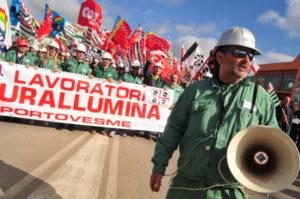 Dieci anni fa, il 12 marzo 2009, la fermata della produzione nello stabilimento Eurallumina. Un decennio di lotte nella ricostruzione di Antonello Pirotto.