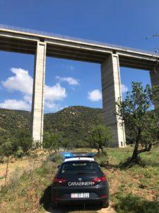 Un impiegato 44enne di Quartu Sant'Elena minaccia di lanciarsi nel vuoto da un cavalcavia, dall'altezza di 70 metri, lo salvano i carabinieri.