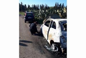 A Villasor, 3 persone incappucciate hanno rapinato una coppia di anziani nella loro abitazione e sono fuggite a bordo di una Fiat 500 rubata, poi ritrovata bruciata.