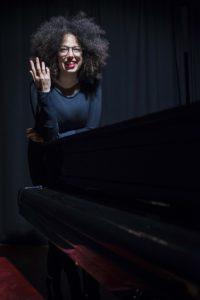 Sabato 30 marzo, ad Alghero, per la rassegna JazzAlguer, è di scena il trio della pianista Sade Mangiaracina.
