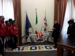 I presidenti del Rotary Club di Iglesias e della Ciclistica Monteponi hanno consegnato il tandem da competizione alla campionessa italiana ipovedente Ilaria Meloni.