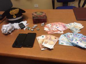 I carabinieri della Compagnia di Iglesias ieri sera hanno arrestato un minorenne, deferito un maggiorenne e segnalato come assuntore un altro minorenne, tutti coinvolti in una vicenda di spaccio di droga.