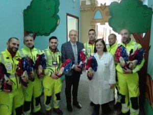 Gli operatori della Gsa ieri hanno portato i dolci ai piccoli ricoverati nel reparto di Pediatria dell'AOU di Sassari.