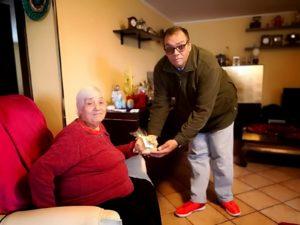 Alla vigilia di Pasqua, i volontari dell'Auser di Villaperuccio, hanno consegnato agli anziani ed ammalati del paese, 80 pani coccoi con l'uovo sodo e la scritta di auguri di buona Pasqua.