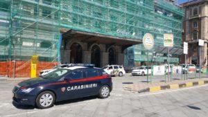 Un 40enne originario di Oristano ha tentato il suicidio sdraiandosi sui binari della stazione di Cagliari ed è stato salvato dall'intervento dei carabinieri.