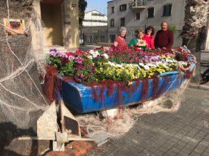"""L'associazione """"Sant'Antioco abbraccia il mare"""" ha organizzato """"Balconi e barconi fioriti""""."""