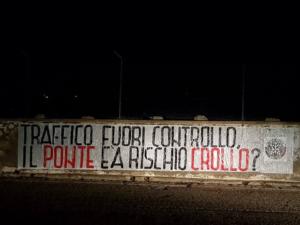 «Traffico fuori controllo: ponte a rischio crollo?» èil testo di uno striscione affisso ieri notte da CasaPound nei pressi del ponte di Sant'Antioco.