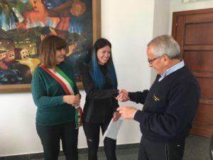 Stamane nel Municipio di Carbonia è stato consegnato il Testimonium alla pellegrina Francesca Ferrari per aver percorso oltre 160 km del Cammino Minerario di Santa Barbara.