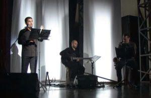 """Domani, venerdì 17 maggio, alle 21.00, il Teatro delle Saline di Cagliari ospita lo spettacolo """"BARONI IN LAGUNA – Appunti sul Medioevo in un angolo d'Italia a metà del XX secolo""""."""