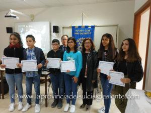 """Si è concluso questa mattina, a Carbonia, il progetto """"Scuola con il Rotary"""", con la consegna di 6 """"Premi di studio"""" da 200 euro ciascuno."""