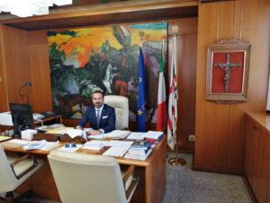 Un crocifisso nella stanza del presidente del Consiglio regionale Michele Pais, «simbolo di spiritualità e testimonianza della grande fede del popolo sardo».
