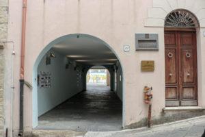 Cancelli aperti al Centro culturale di Sennori, per consentire il passaggio pedonale fra via Farina, via Dante e via Marconi.