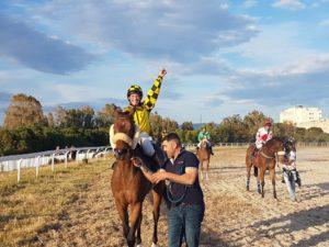 Il cavallo Flying cat, della scuderia Gianluca Sabiu di Carbonia, montato da Sara Spampati, ha vinto il 2° Palio delle Amazzoni, disputato all'Ippodromo di Cagliari.
