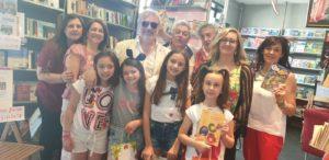 """Il librario Michele Gentile incontra l'editore Pietro Graus e l'Istituto ComprensivoSan Rufo di Salerno per l'iniziativa """"Non rifiutiamoci: Una bottiglia di plastica in cambio di un libro""""."""