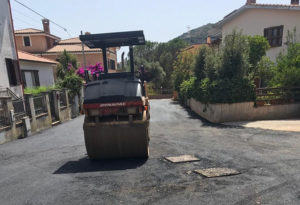 Mercoledì 26 giugno, a Iglesias, si sono conclusi i lavori relativi alla messa in sicurezza del substrato stradale ed alla posa del manto di asfalto in via Enea Marras.