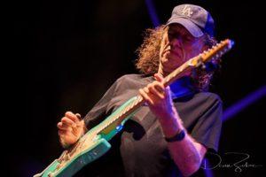 Serata all'insegna delle chitarre al festival Narcao Blues con Anthony Gomes e Scott Henderson.