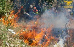 Dei 21 incendi segnalati oggi in Sardegna, 5 hanno richiesto l'intervento degli elicotteri del Corpo forestale.