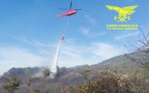 Un elicottero del Corpo forestale proveniente dalla base di Sorgono sta intervenendo su un incendio nelle campagne di Serri, in località Santa Lucia.