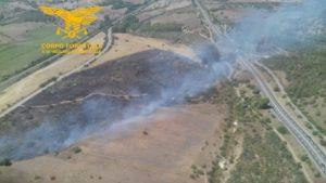 Un elicottero del Corpo forestale proveniente dalla base di Marganai sta intervenendo su un incendio nelle campagne di Villaspeciosa, in località Sa Guardia Manna.